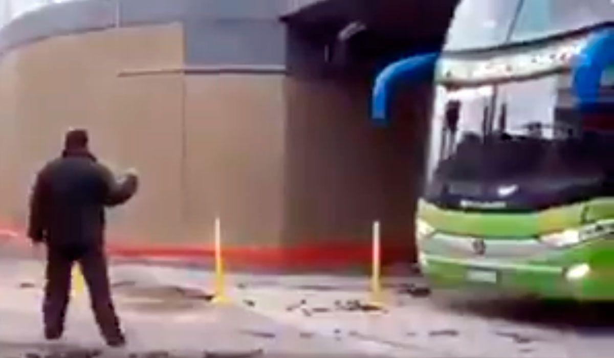 Ezpeleta: inauguraron un bajo nivel y un micro casi se quedó trabado