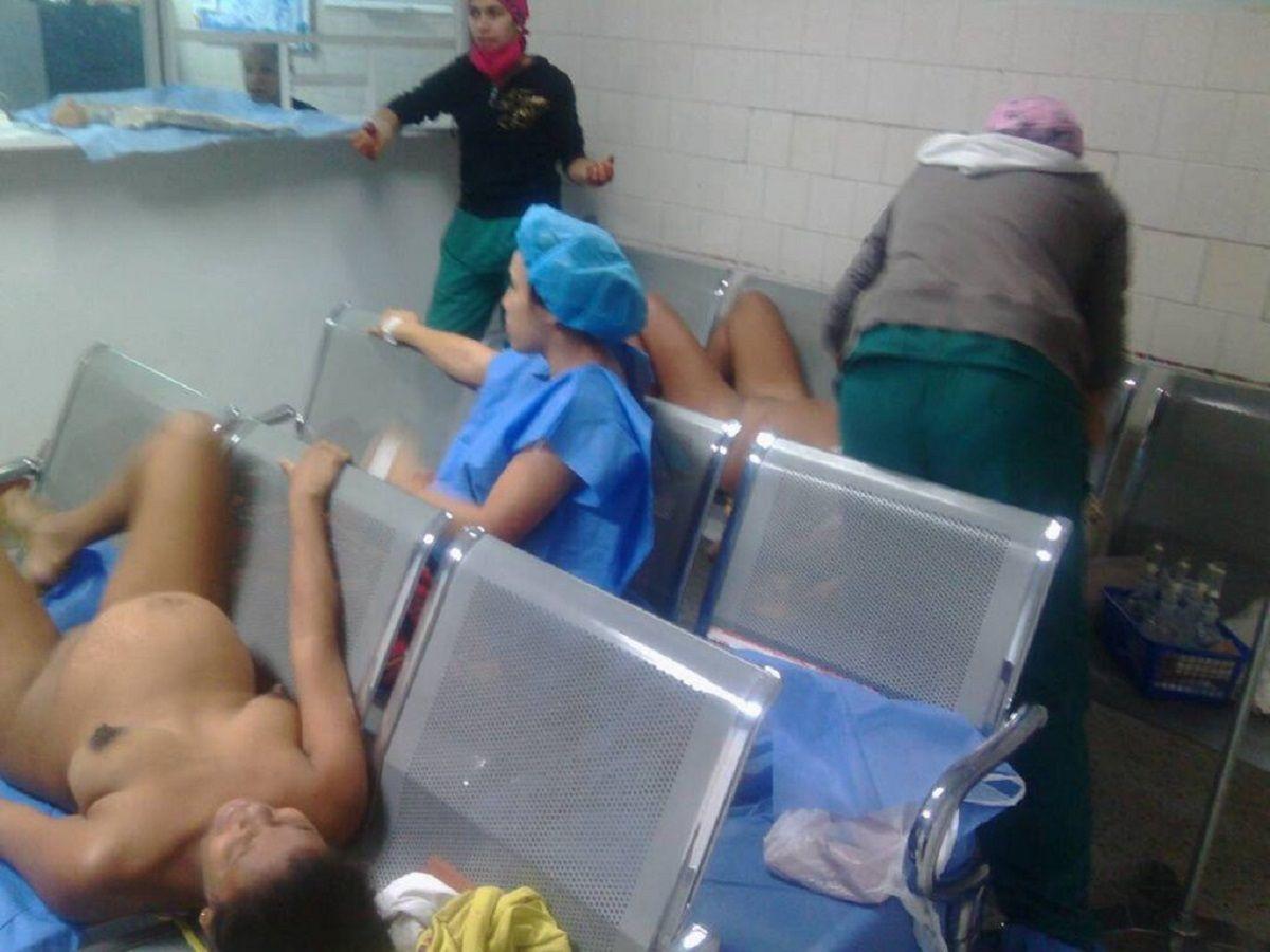 Una mujer espera dar a luz en un sillón de la sala de espera del hospital de Barquisimeto