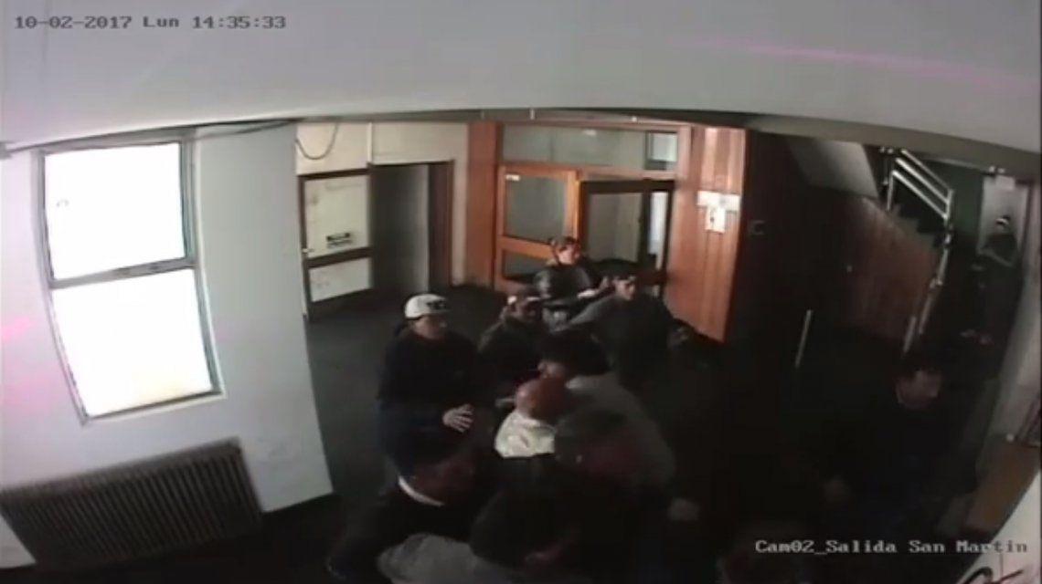 Un funcionario casi termina a las trompadas cuando le reclamaron el pago de un contrato
