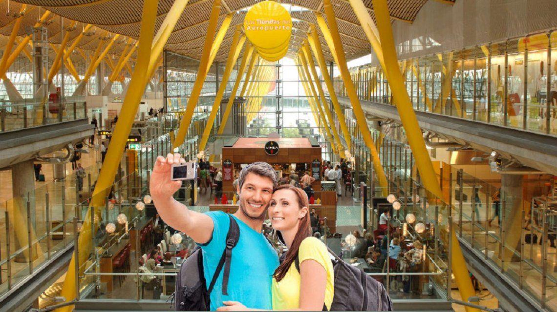 Turistas disfrutan del aeropuerto de Barajas