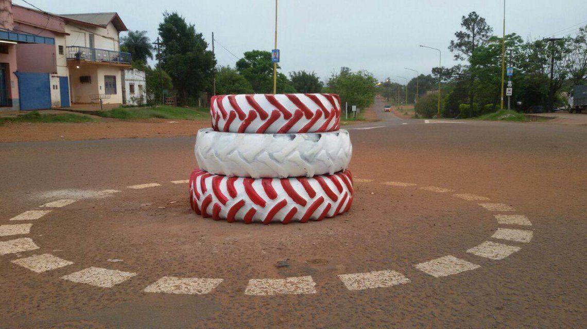 Insólito: construyeron una rotonda con gomas de un tractor