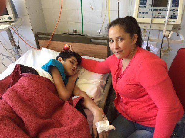 María Elena, la mamá de Fernando, no se despegó un segundo de él<br>