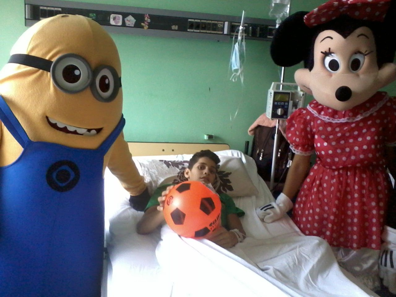 Fernando Almeida en su habitación vistado por un minion y Minnie