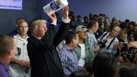 Increíble: Donald Trump fue a Puerto Rico para tirarle papel higiénico a la gente