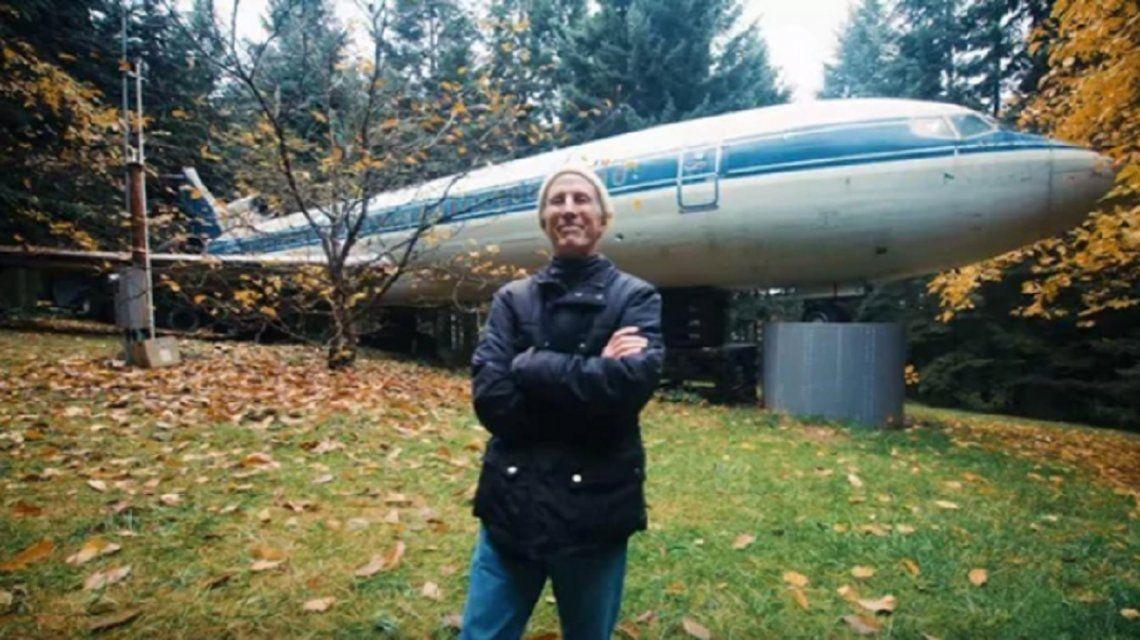 El hombre de 66 años que vive en un avión en el medio de un bosque