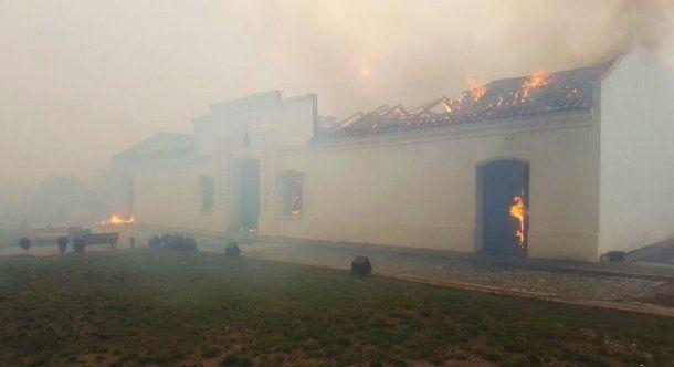 Así se incendió la réplica de la Casa de Tucumán.