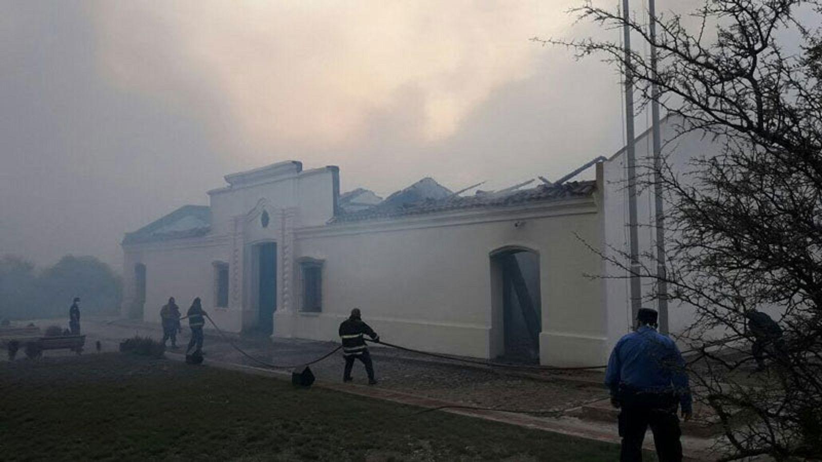 Se incendió por completo la réplica de la Casa de Tucumán en San Luis