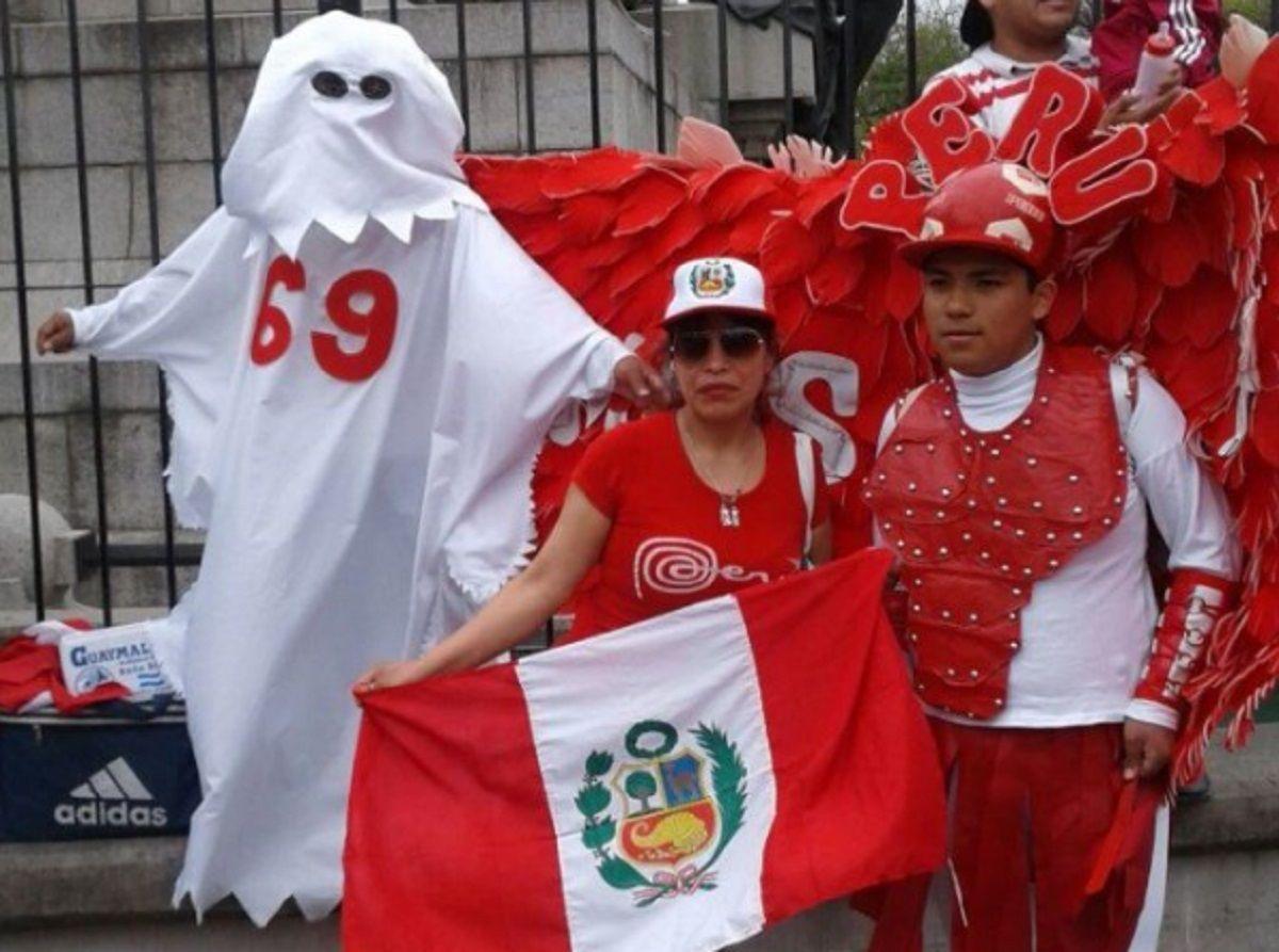 El fantasma que llegó especialmente para la ocasión (foto: Olé)