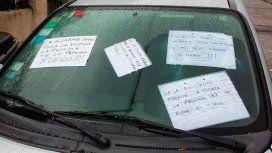 Así empapelaron los vecinos el auto