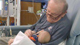 Un abuelo pasa la noche sosteniendo bebés prematuros para que no estén solos