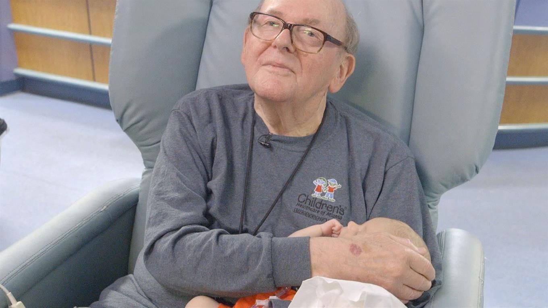 Conmovedor: un abuelo pasa la noche sosteniendo bebés prematuros para que no estén solos