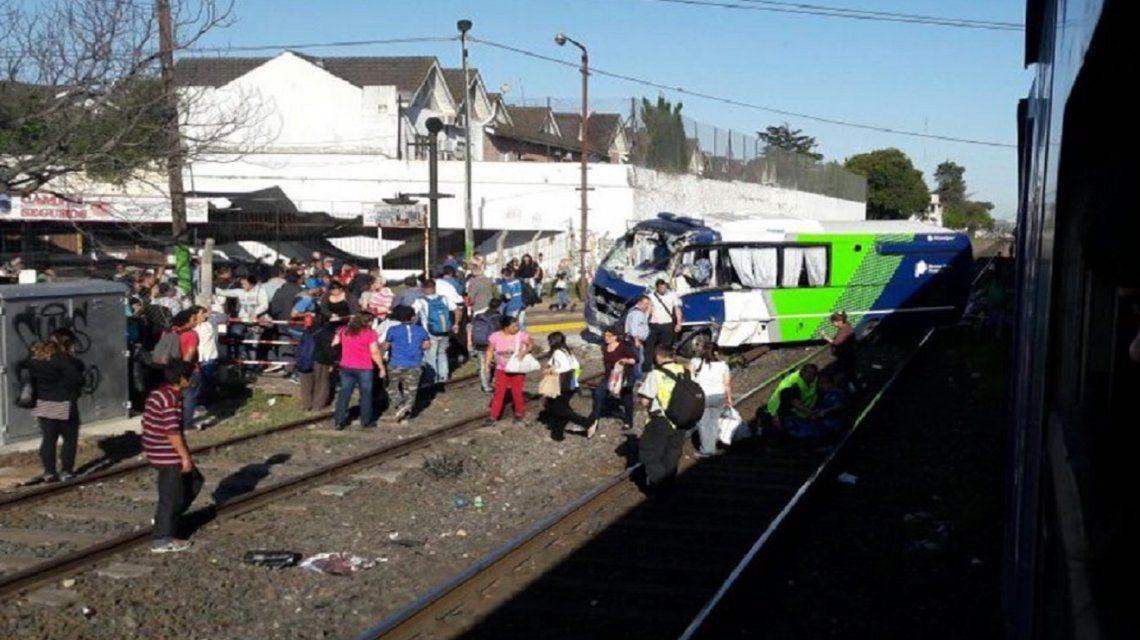 Llevaban presos en un micro y los arrolló un tren: hay un muerto