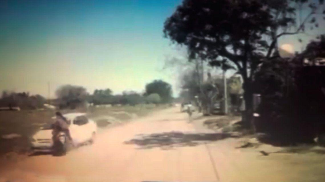 VIDEO: Iba con su bebé en la moto y sufrió un impactante choque