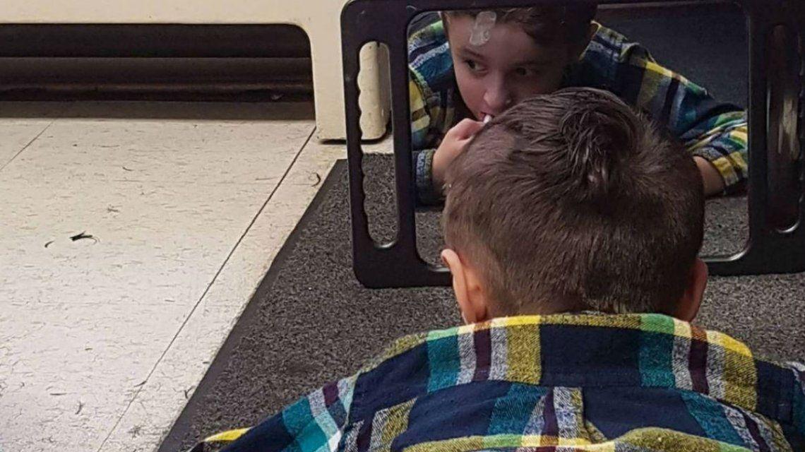 Ejemplar: un peluquero se tiró al piso para atender a un nene autista