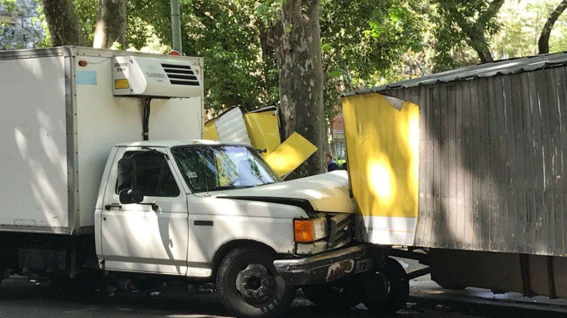 Susto en la feria: una camioneta fuera de control destruyó cinco puestos