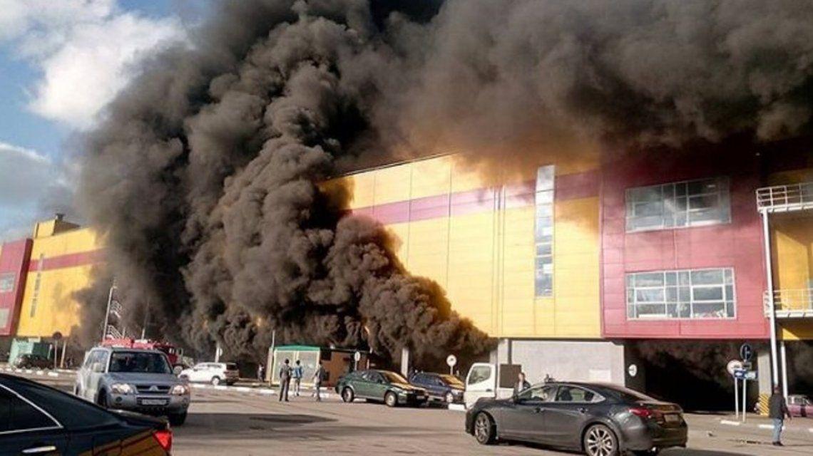 Las llamas se propagaron en el shopping Sindika de Moscú