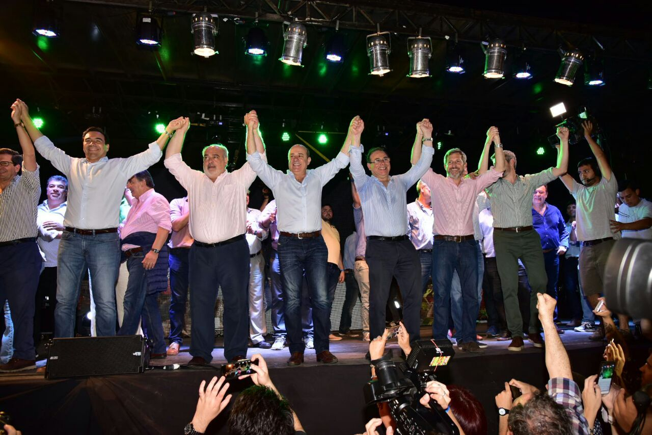 Gustavo Valdés celebrando con Ricardo Colombi
