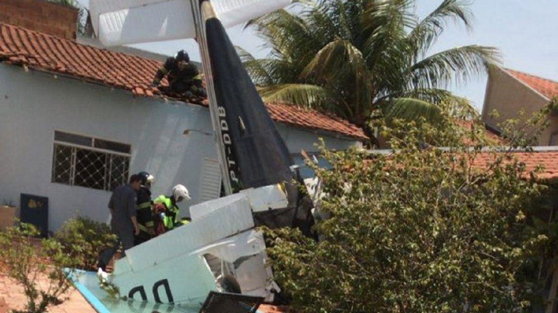 Cayó una avioneta en una casa: 3 muertos - Crédito: @Leandrosp17