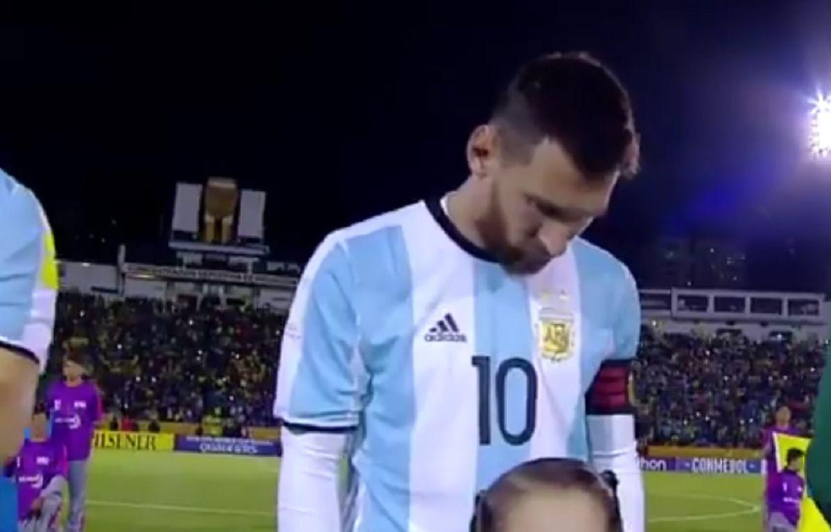 Cabeza gacha y mirada perdida: así estaba Messi durante el himno en Ecuador