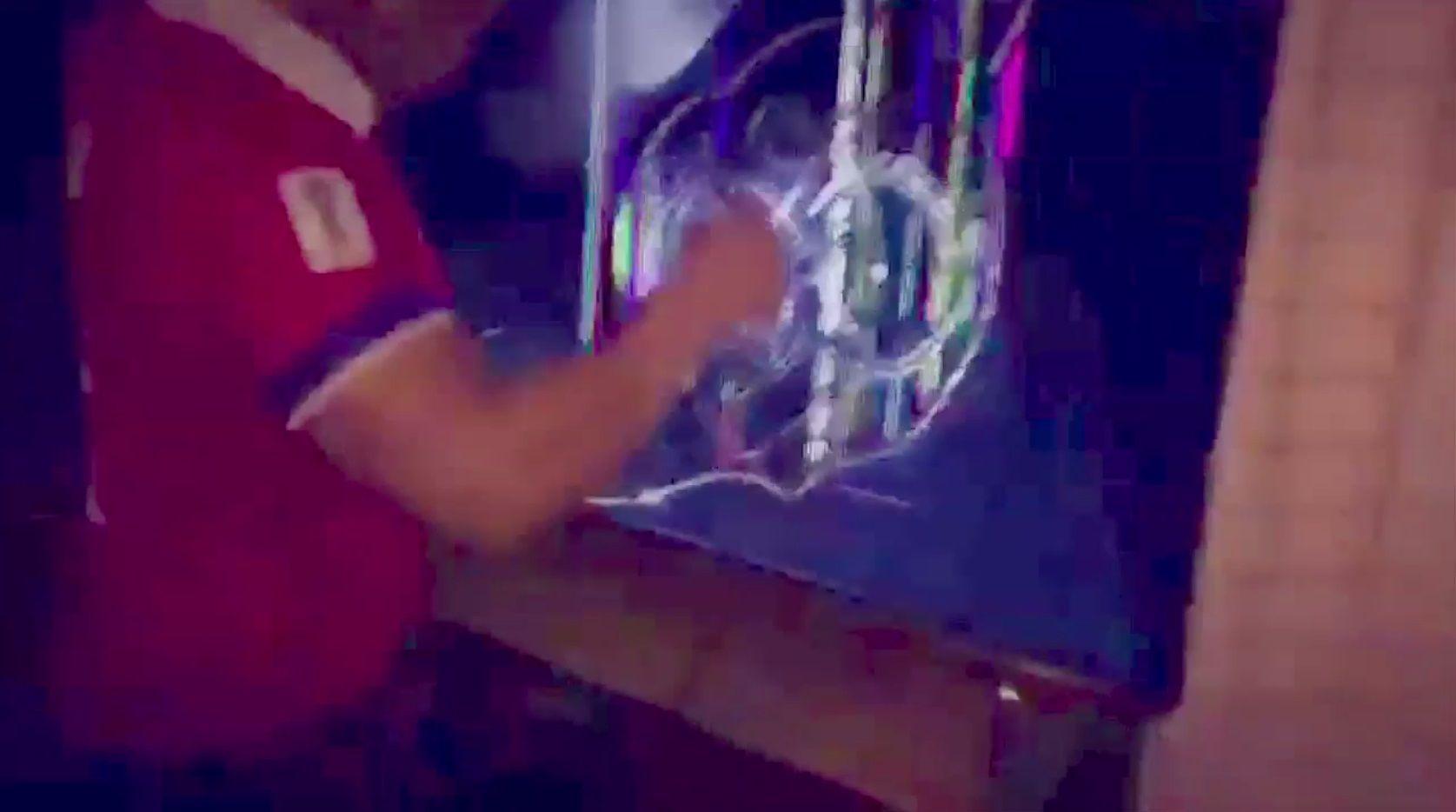 La furia del hincha chileno rompiendo un LED se viralizó