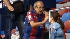 El abuelo del Levante juega con su nieta en la cancha