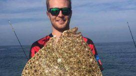 El pescador, de 28 años, casi muere atragantado por besar al pescado