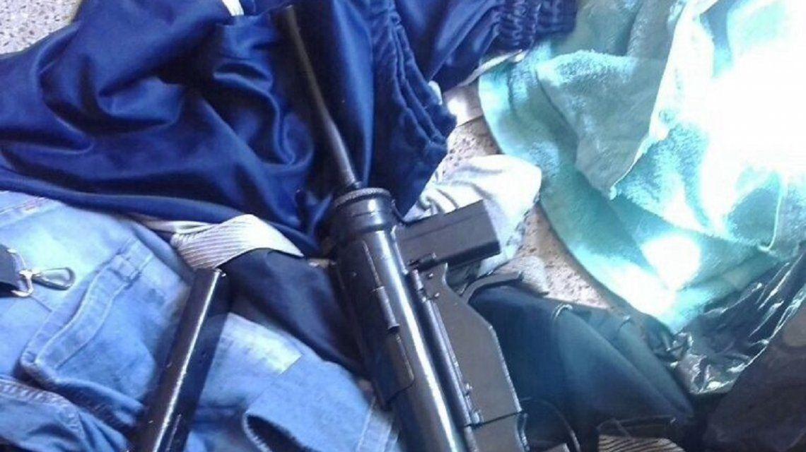 Un borracho viajaba en un micro con una ametralladora - Crédito:www.0223.com.ar