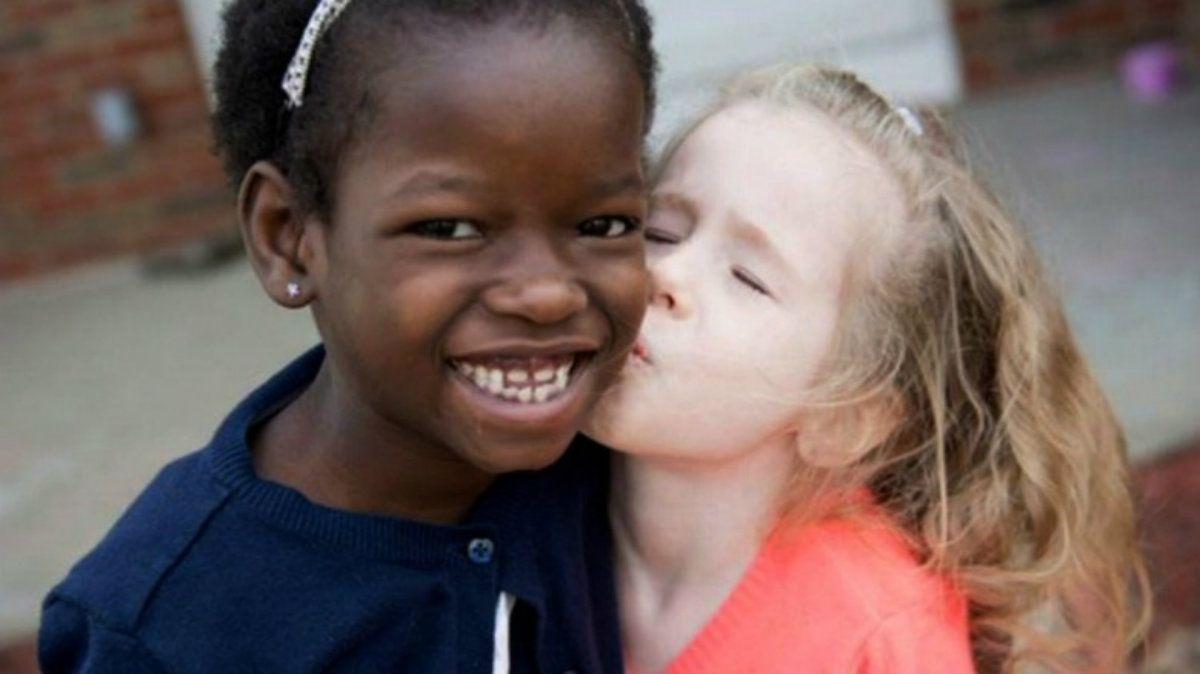 Namata con una de sus hermanas adoptivas