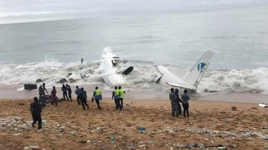 VIDEO: Las imágenes del dramático accidente aéreo en una playa de Costa de Marfil