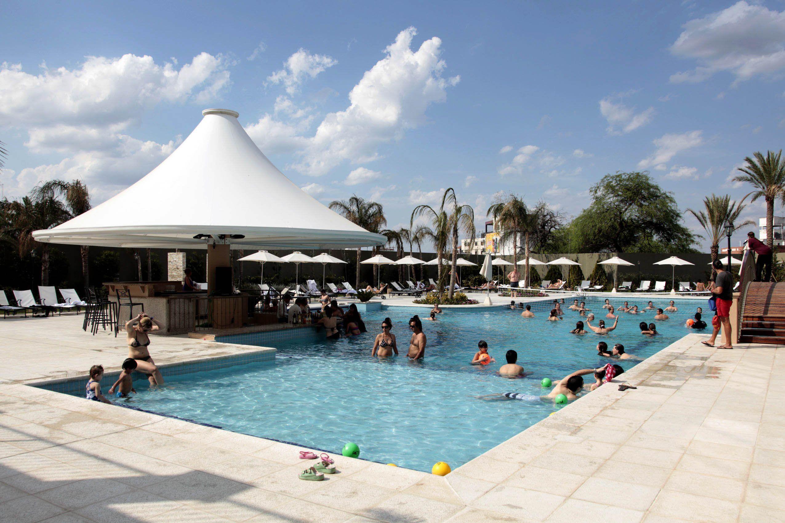 Casi un millón de turistas aprovechan el fin de semana largo de pleno sol