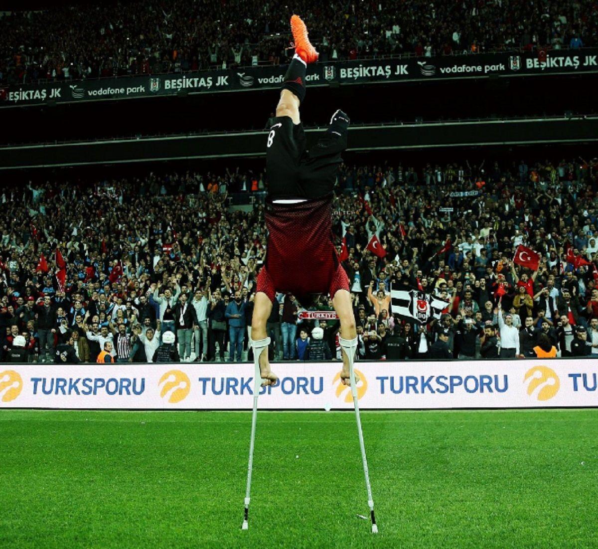 Uno de los campeones celebra con la multitud que presenció la final