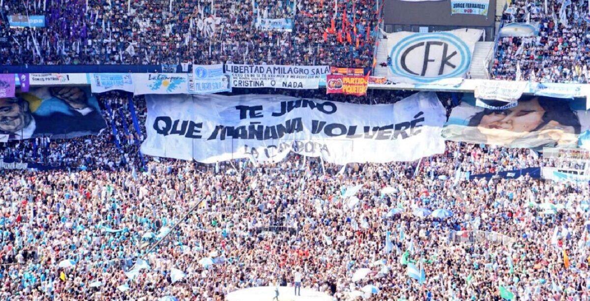 La bandera que La Cámpora le hizo a Cristina con la letra de un tema de Nino Bravo