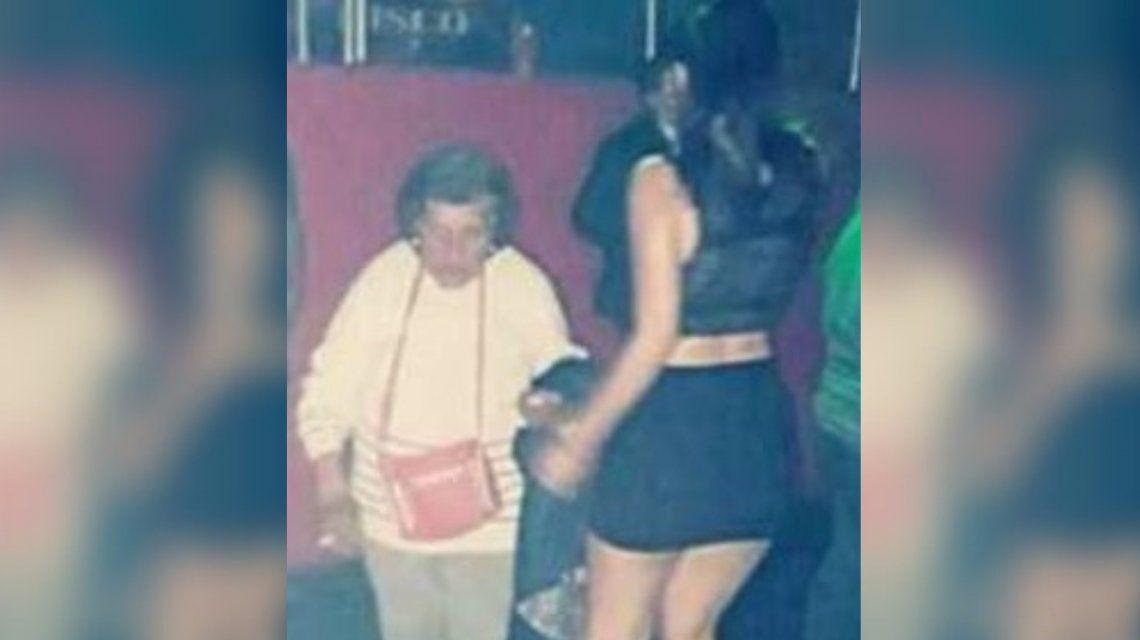 Una abuela fue a un boliche a buscar a su nieta para que cuide a su bebé