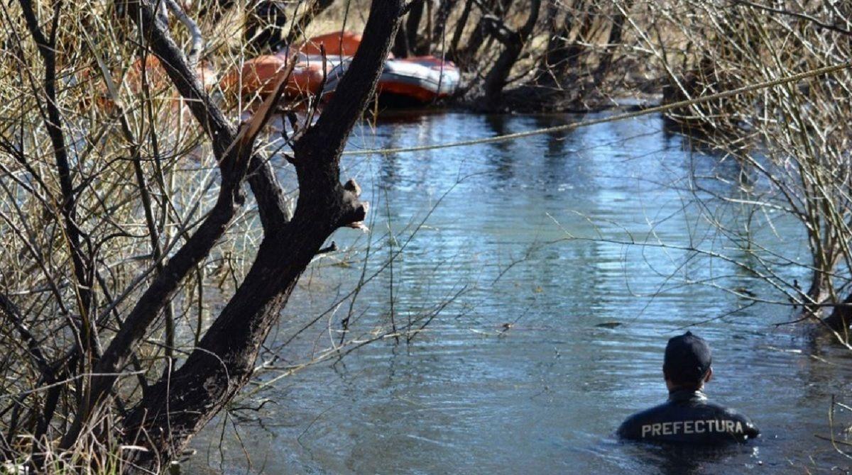 Buzos de Prefectura rastrillan el río Chubut.