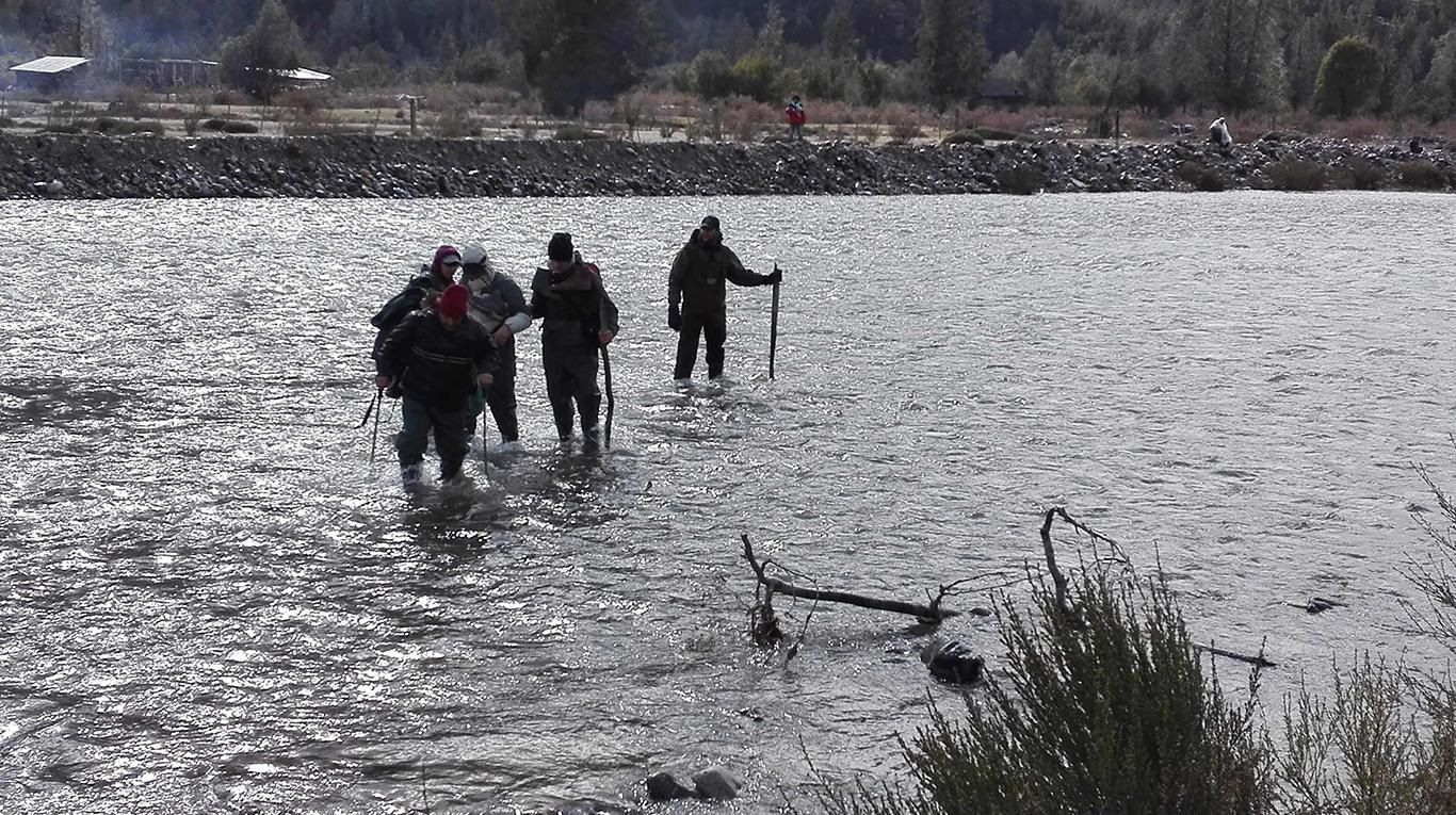 Con ropa oscura y entre ramas: así encontraron el cuerpo en el río Chubut