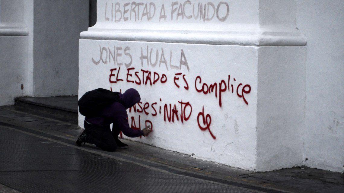 Pintadas en el Cabildo pese a la fuerte custodia