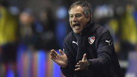 Los barras de Independiente apretaron duramente al DT Ariel Holan