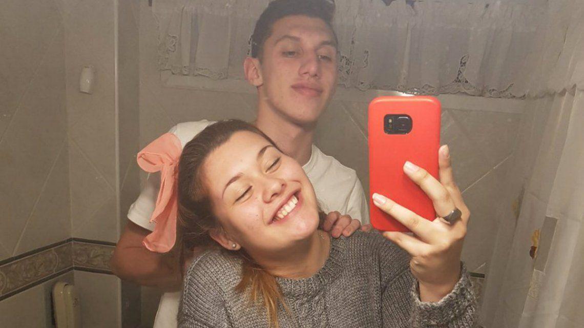 Se sacaron una selfie en el baño y un detalle salto a la luz