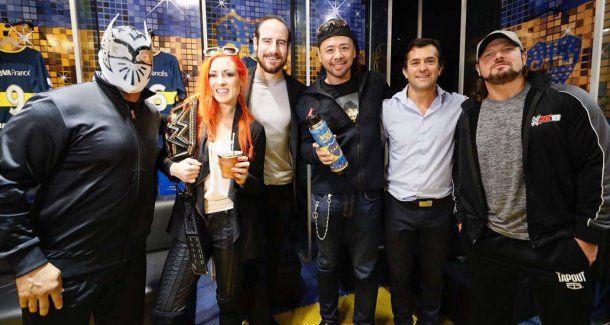 Las estrellas de la WWE junto a Christian Gribaudo, secretario general de Boca.<b><br></b>