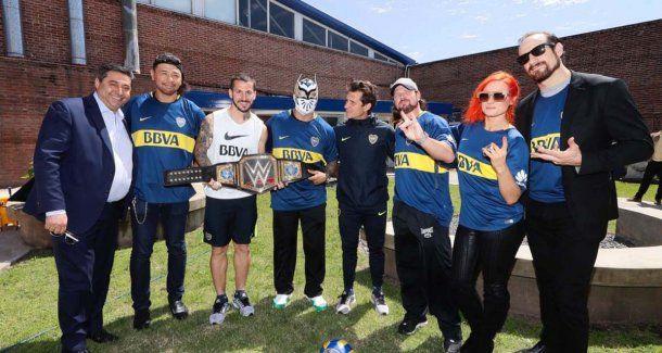 Guillermo, Benedetto y Angelici junto a las estrellas de la WWE.<br>