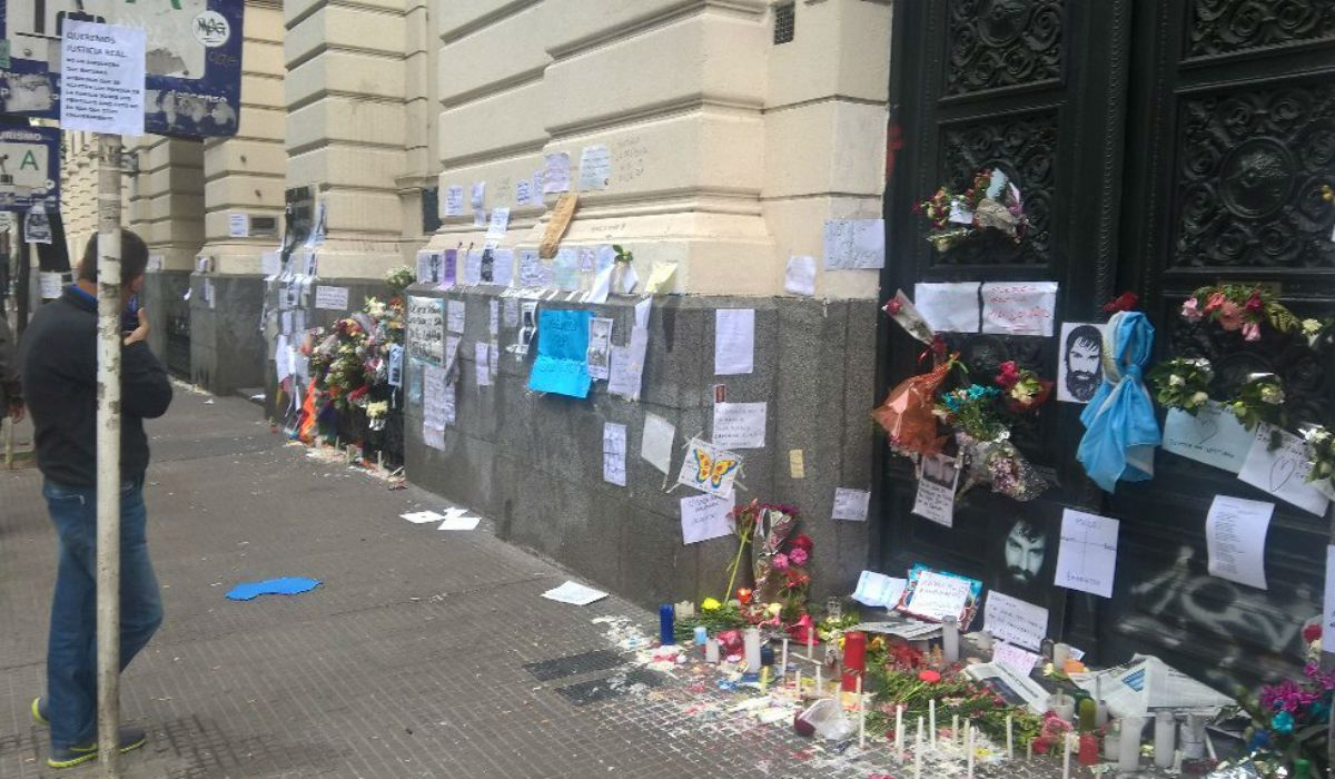 Cientos de personas se acercaron a la morgue para homenajear a Santiago