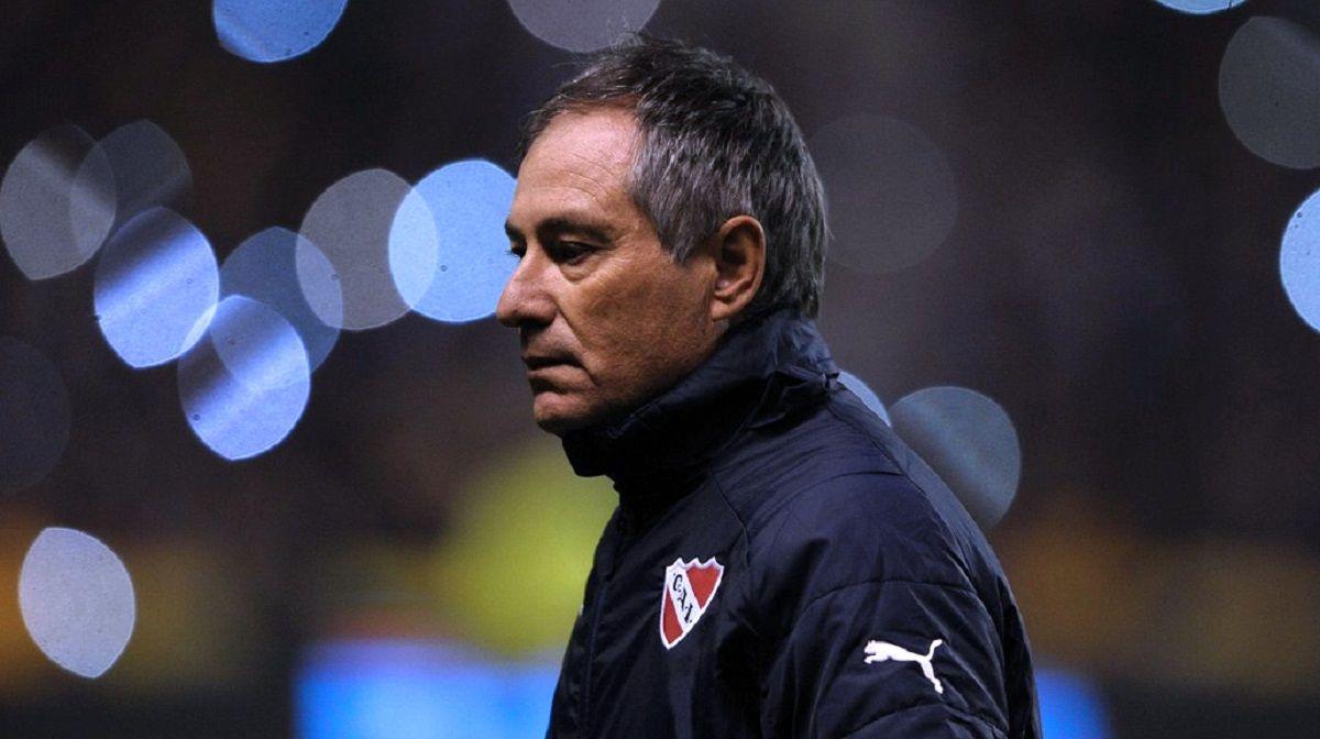 La solidaridad de los clubes con Holan tras el apriete de barras de Independiente