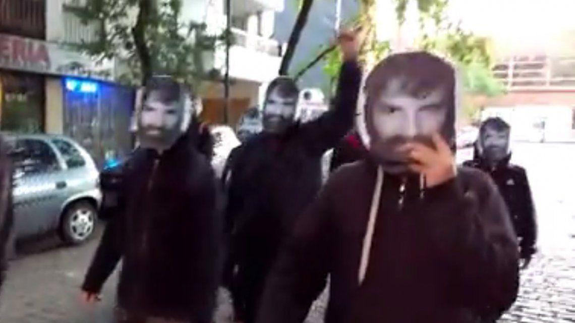 Con máscaras de Maldonado: el video del escrache que evitó Patricia Bullrich