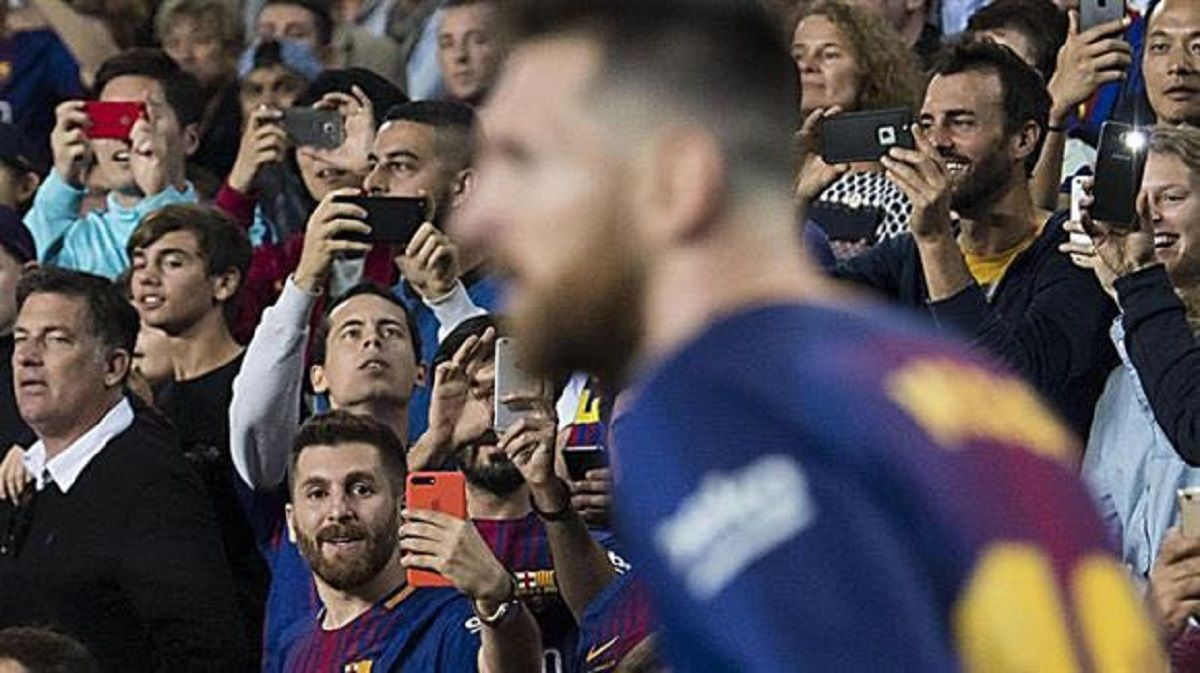 La imagen que da vuelta al mundo: Messi le saca una foto a Messi