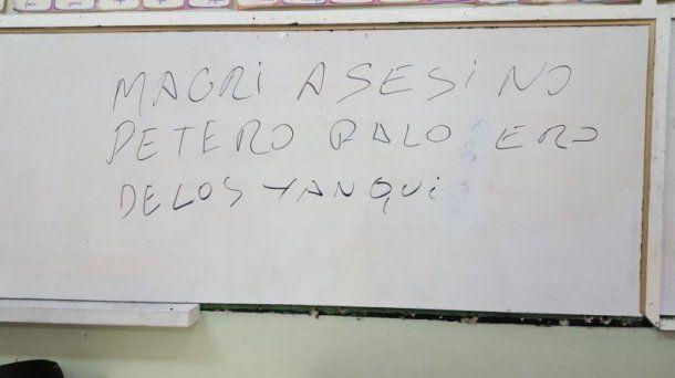 El agraviante mensaje sobre el presidente apareció en un pizzarrón de una escuela en Comodoro Rivadavia
