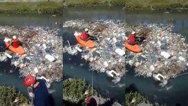 VIDEO: El duro rescate de un perrito en medio de un arroyo