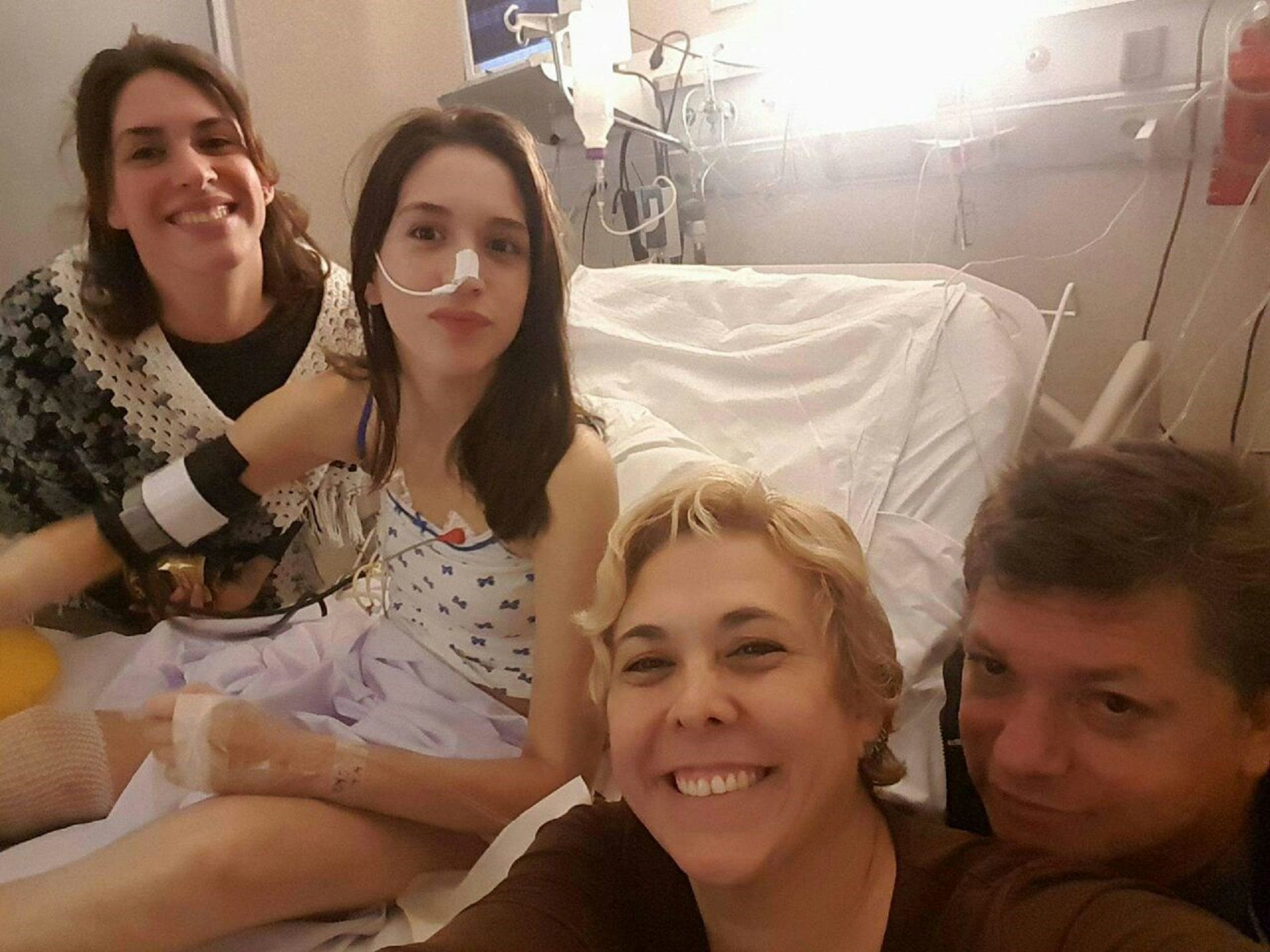 Sofía junto a su familia en el hospital