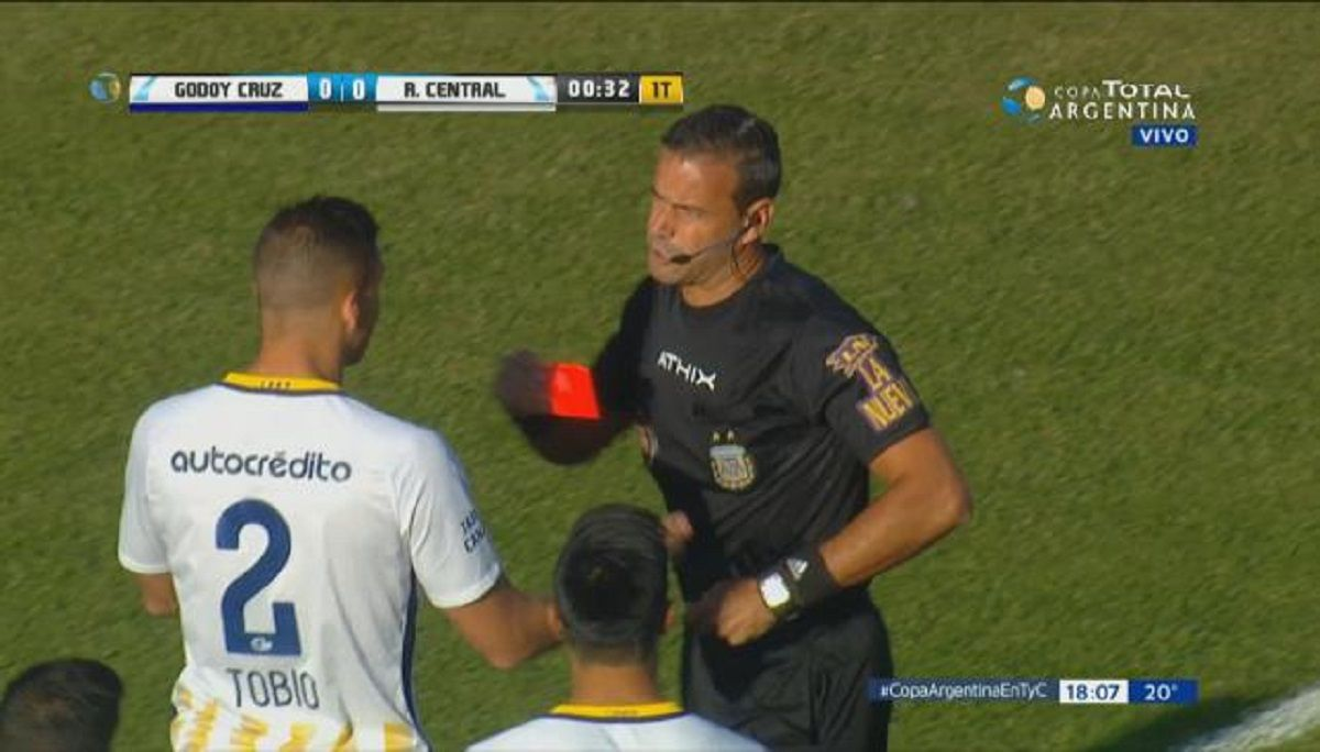 A Tobio lo echaron a los 9 segundos durante Central vs Godoy Cruz