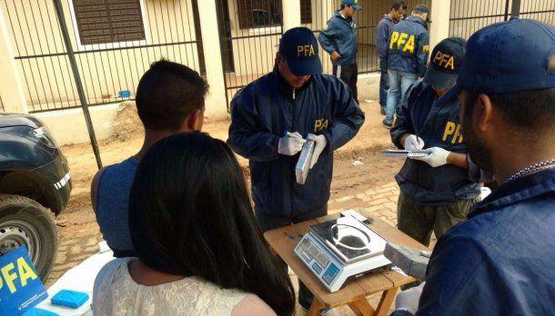 Personal de la Policía Federal pesando los 73 kilos hallados en una camioneta<br>