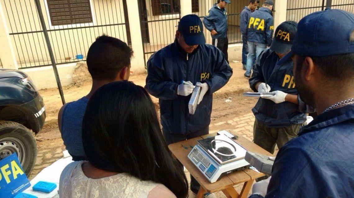 Personal de la Policía Federal pesando los 73 kilos hallados en una camioneta